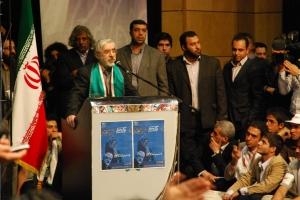 میرحسین موسوی، حاج احمد نشسته دست روی چانه - عکس از علی شیخ الاسلامی